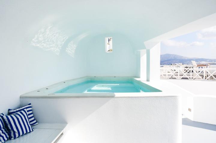 altana suites imerovigli dip plunge pool.jpg